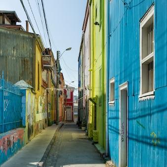 Casas ao longo de uma rua estreita, valparaíso, chile