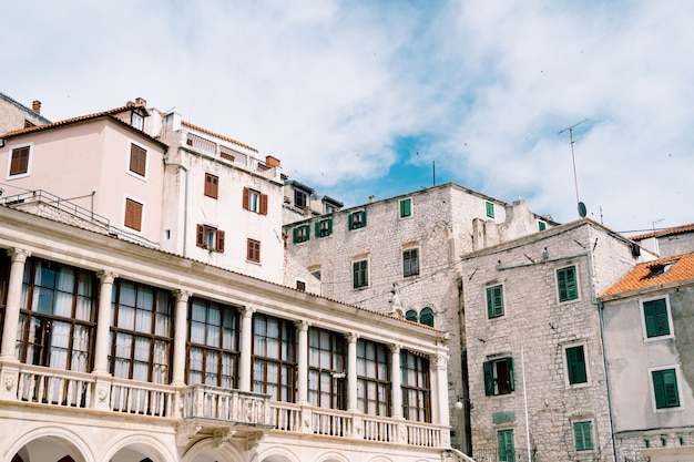 Casas ao redor da basílica de são james em sibenik croácia contra um céu azul
