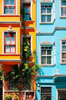 Casas azuis e laranja brilhantes fecham nas ruas de istambul. distrito de balat.