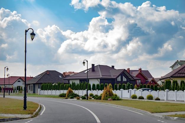 Casas bonitas e modernas contra o céu com nuvens