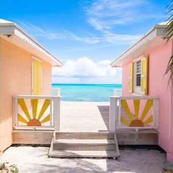 Casas caribenhas tradicionais e brilhantes