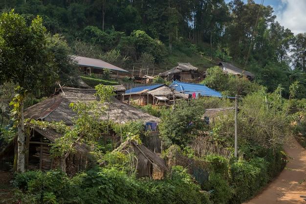 Casas cobertas de colmo na vila na área montanhosa, chiang rai, tailândia