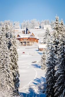 Casas cobertas de neve nas montanhas