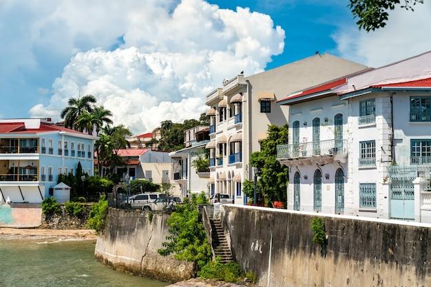 Casas coloniais espanholas tradicionais em casco viejo, o distrito histórico da cidade do panamá na américa central