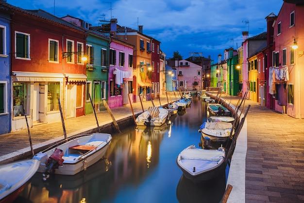 Casas coloridas à noite na ilha de burano, veneza