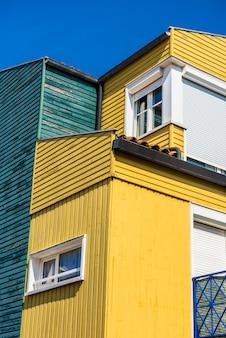 Casas coloridas brilhantes em la rochelle, frança