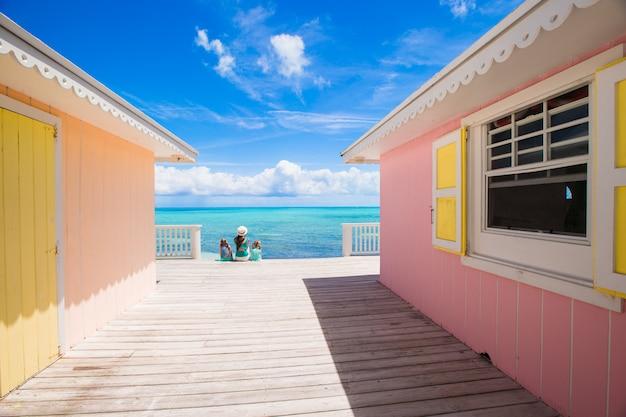 Casas coloridas brilhantes em uma ilha caribenha exótica