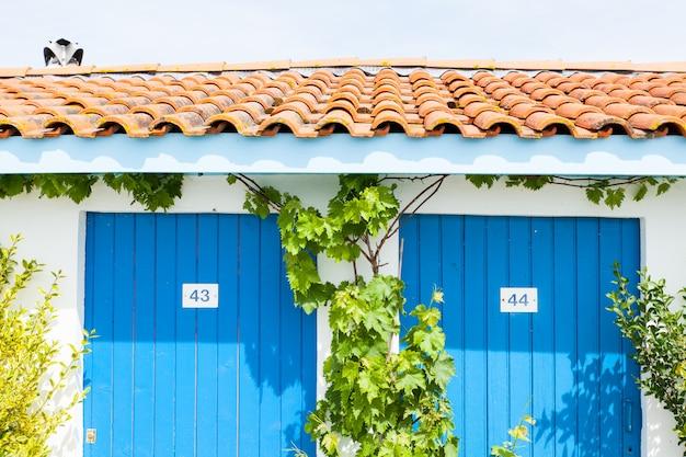 Casas coloridas de ostras ou pescadores na baía de arcachon