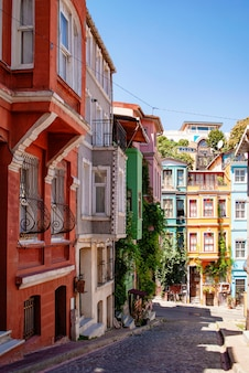 Casas coloridas e brilhantes nas ruas de istambul. distrito de balat.