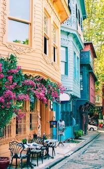 Casas coloridas e brilhantes no distrito de kuzguncuk, em istambul.