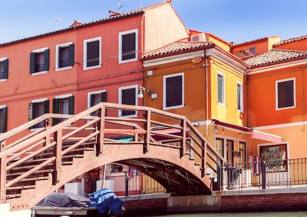 Casas coloridas e ponte na ilha de burano