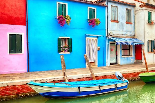 Casas coloridas em burano perto de veneza, itália com um barco.