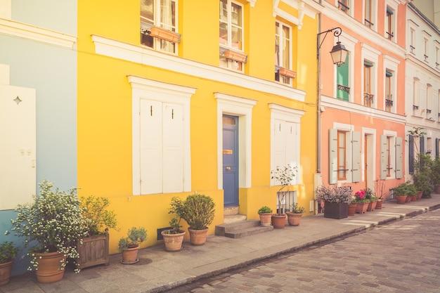 Casas coloridas em paris, frança.