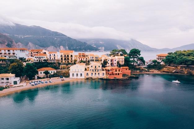 Casas coloridas na baía em asos grécia