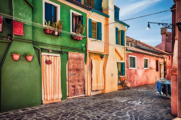 Casas coloridas na ilha de burano, província de veneza