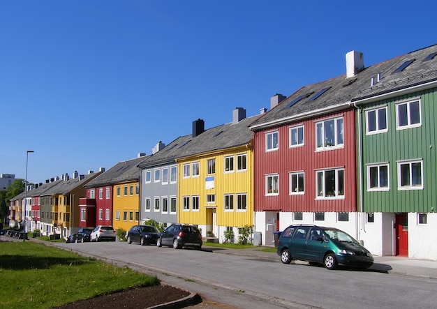 Casas coloridas na rua da cidade de kristiansund, noruega.