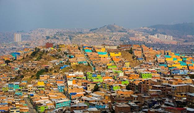 Casas coloridas nas montanhas de bogotá