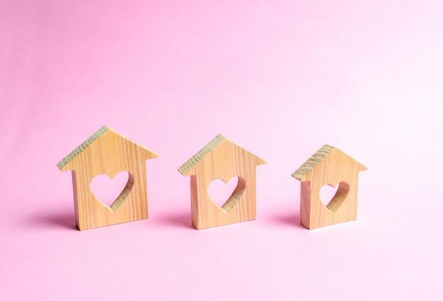 Casas com corações dentro em um fundo rosa