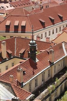 Casas com telhados vermelhos tradicionais na praça da cidade velha de praga em t