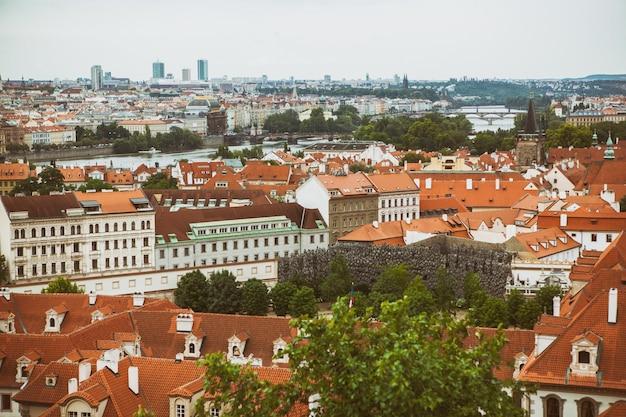 Casas com telhados vermelhos tradicionais, vista de cima na praça da cidade velha de praga, na república tcheca