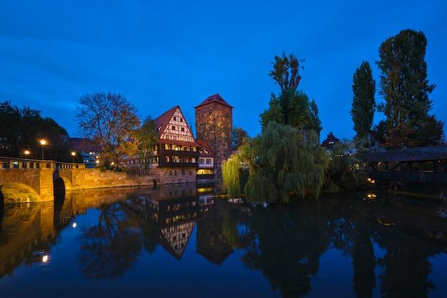 Casas da cidade de nuremberg na beira do rio pegnitz. nuremberg, bavaria, alemanha