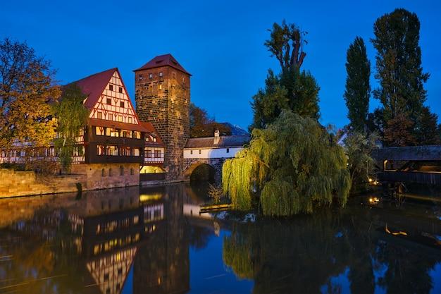 Casas da cidade de nuremberg na beira do rio pegnitz. nuremberg, franconia, baviera, alemanha.