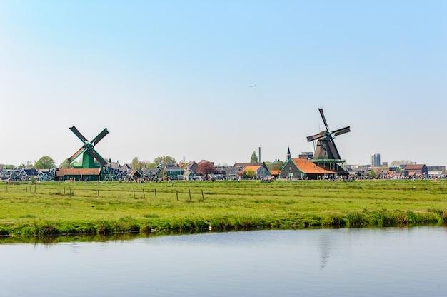 Casas de aldeia holandesa tradicional em zaanse schans, holanda