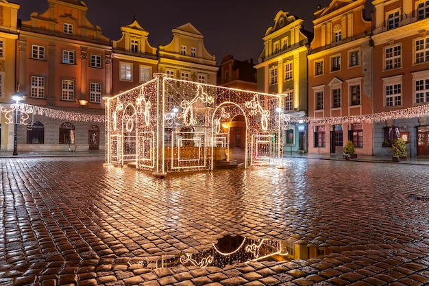 Casas de comerciantes na praça do mercado velho na cidade velha na noite de natal, poznan