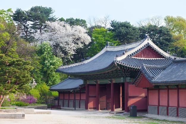 Casas de estilo coreano no palácio de changdeokgung em seul, coreia. foto tirada com lente grande angular