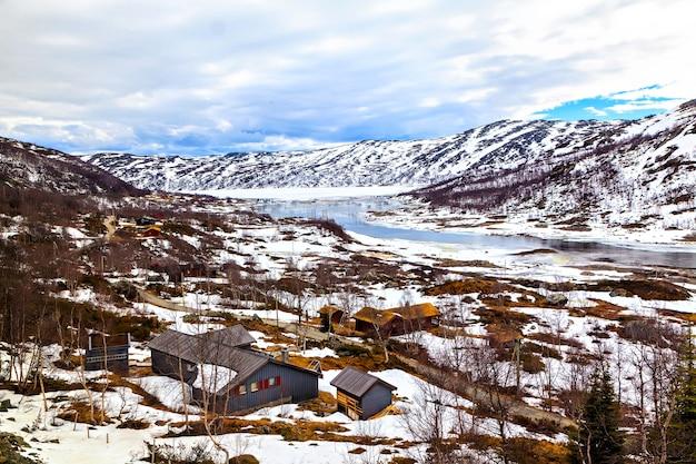 Casas de fazenda de toras nas montanhas, noruega