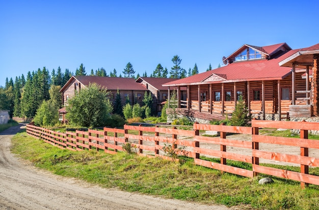 Casas de hotel de madeira na floresta do norte