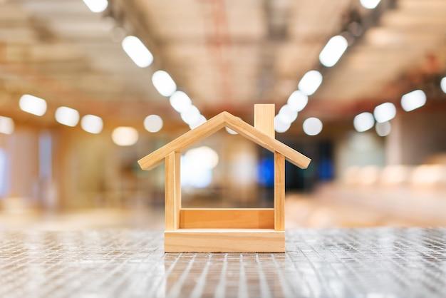 Casas de madeira em miniatura e luzes desfocadas