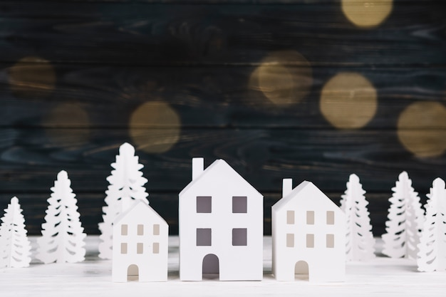 Casas de papel artesanal e pinheiros