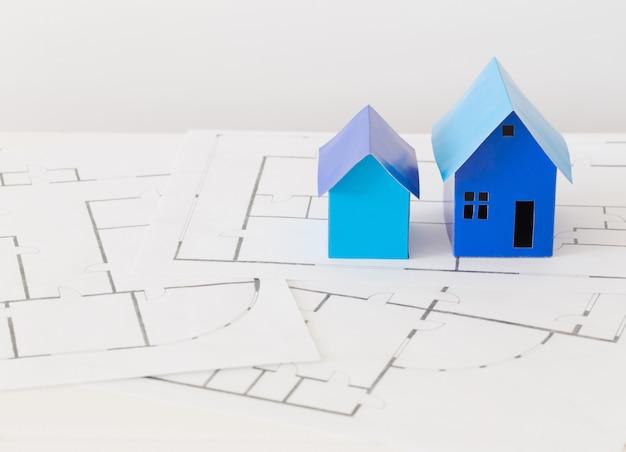 Casas de papel azul na mesa de madeira