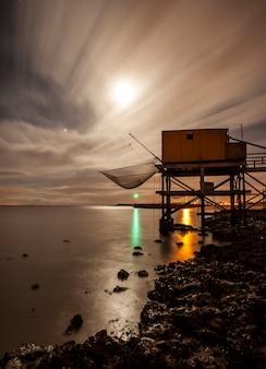 Casas de pesca à beira-mar do atlântico