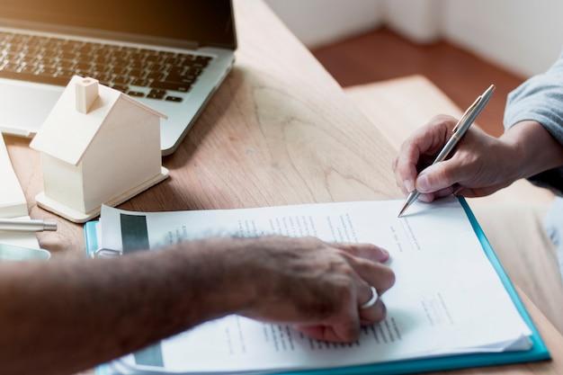 Casas de propriedade e contrato de sinal, agência de casa ou banqueiro apontando para o comprador assinando em papel