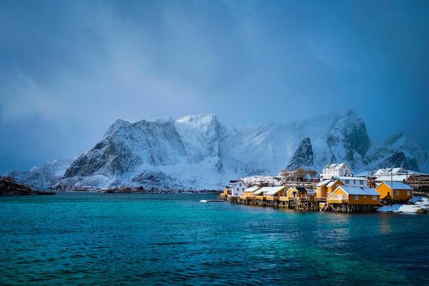 Casas de rorbu amarelo, ilhas lofoten, noruega
