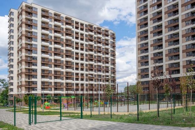 Casas de vários andares, esportes e playground em uma área recém-construída