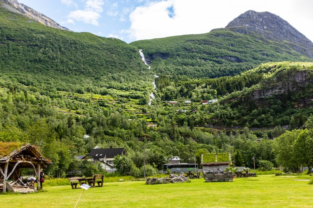 Casas de vilarejo no fiorde de geiranger, alessung, noruega