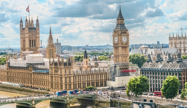 Casas do parlamento e big ben em londres com nublado no fundo