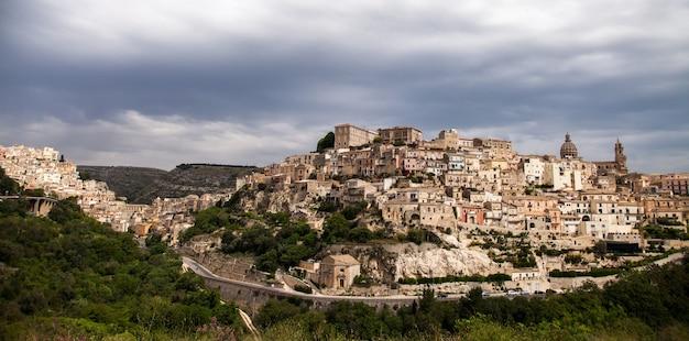 Casas e ruas coloridas na antiga vila medieval de ragusa, na sicília, itália