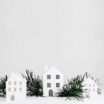 Casas em miniatura com ramo de abeto