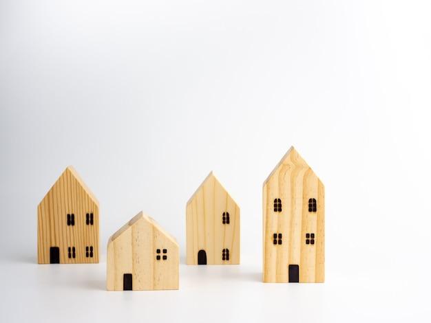 Casas em miniatura de madeira.