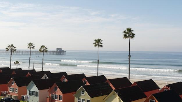 Casas em oceanside california usa. bangalôs à beira-mar. palmeiras da praia do oceano. vista do mar de verão.