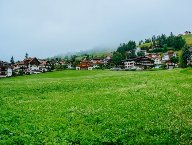 Casas fantásticas nas montanhas