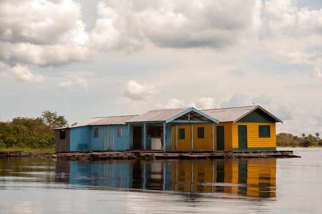 Casas flutuantes no rio amazonas - manaus - brasil