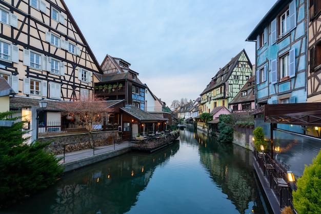 Casas francesas velhas tradicionais coloridas no lado do canal lauch na noite em petite venise