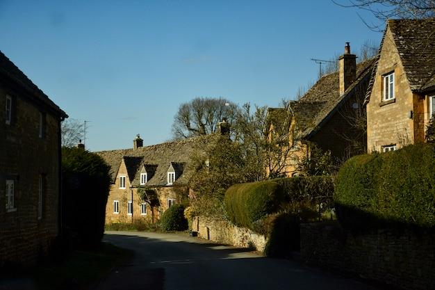Casas inglesas antigas no campo