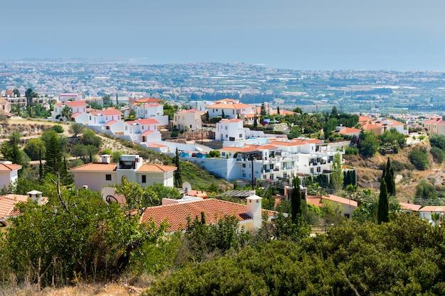 Casas localizadas na encosta de uma colina com vista para o mar no mediterrâneo