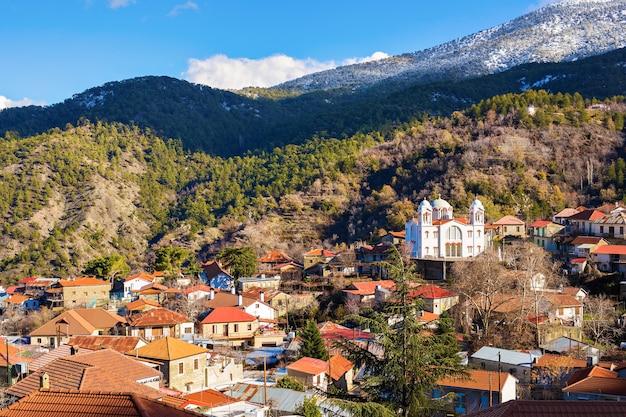 Casas mediterrâneas tradicionais da cidade velha com telhados vermelhos e uma ilha idílica verde rochosa no fundo, europa. textura de foto de arquitetura linda viagem.